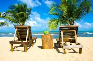 Het tropische strand met ligbedjes op curacao