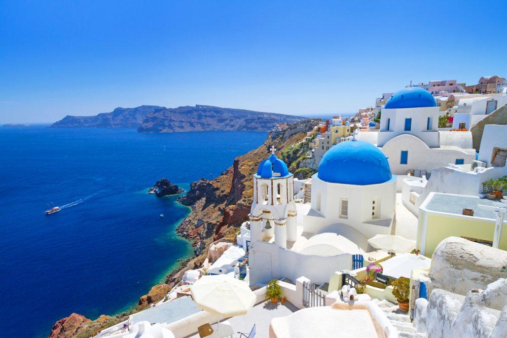 mooiste uitzicht op griekse witte huisjes met blauwe daken griekenland