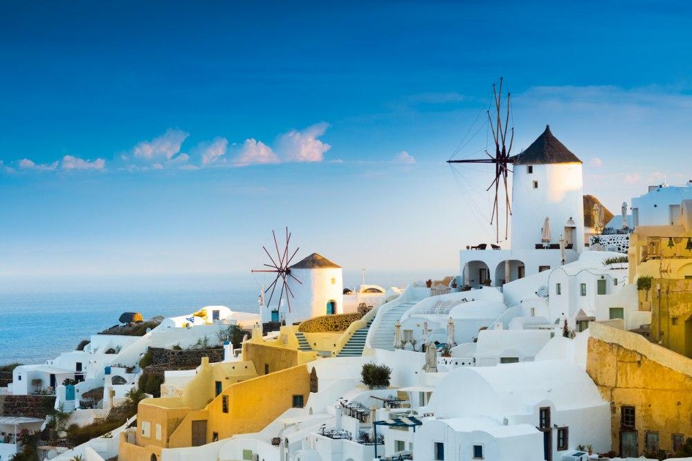 bijzonder mooi grieks eiland met witte huisjes en windmolens