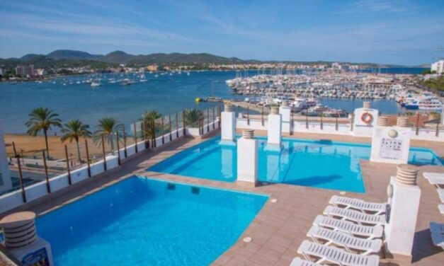 Complete vakantie Ibiza €235,- | Adults only hotel aan 't strand (8/10)
