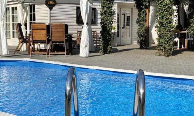 Ibiza style vakantiehuis met privé zwembad | Midweek in augustus €483,-