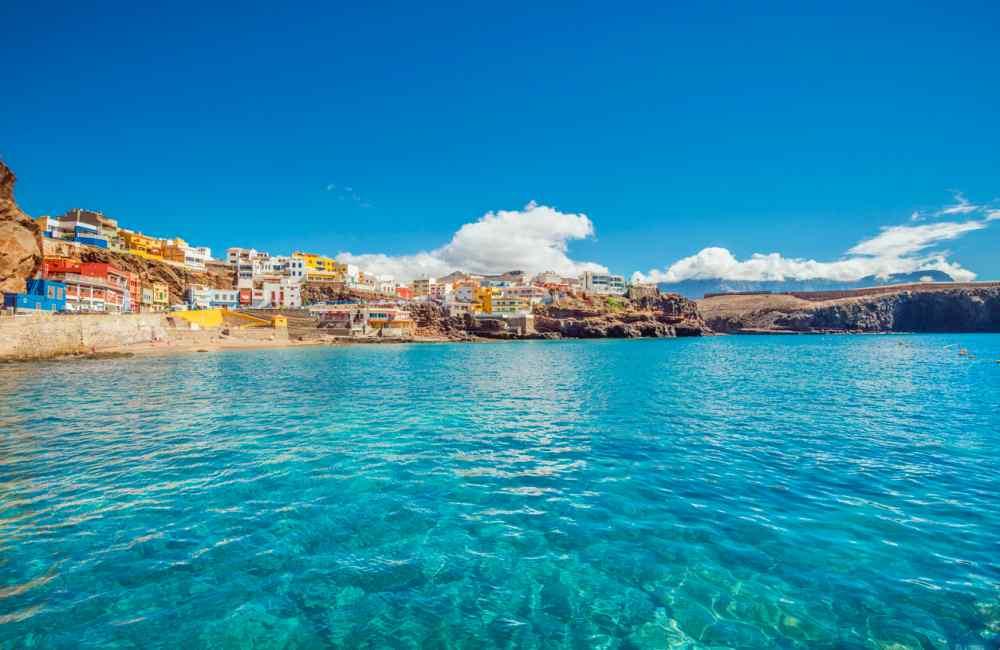 Heldere zee van Gran Canaria voor snorkel- en duikexcursies
