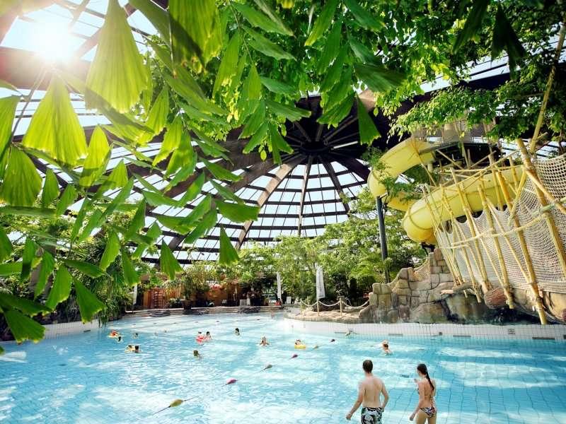 vakantiepark met subtropisch zwembad