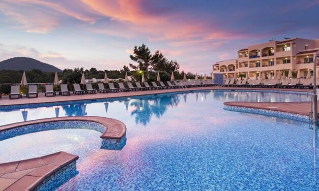 Wow! Ibiza in juli   4* hotel aan 't strand incl. ontbijt & diner €493,-