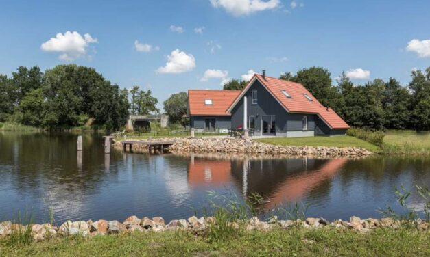 Luxe watervilla in Friesland met aanlegsteiger | Herfstvakantie 2021